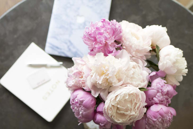 peonies-and-marble-laptop