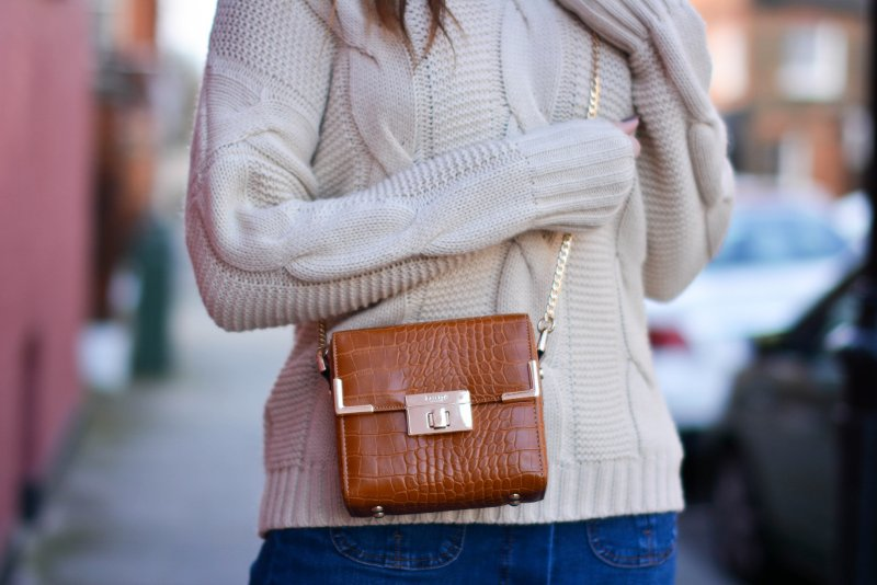 ejstyle-emma-hill-70s-style-london-street-style-lfw-aw15-off-shoulder-cable-knit-jumper-dune-box-bag